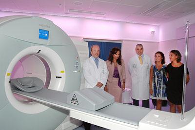La consejera de Salud, segunda por la izquierda, junto a otros responsables, tras la inauguración del PET-TAC