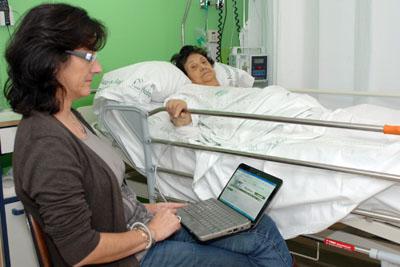 En la imagen, la acompañante de una paciente se conecta a Internet