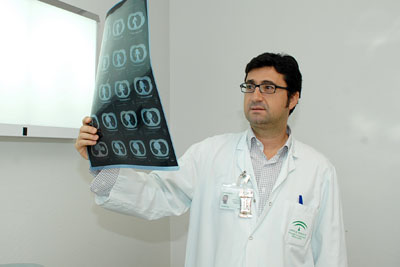 El doctor Algar en una de las consultas de Cirugía Torácica