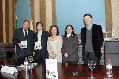 El autor del libro con responsables de Salud, la Universidad de Córdoba, Almuzada y una paciente.