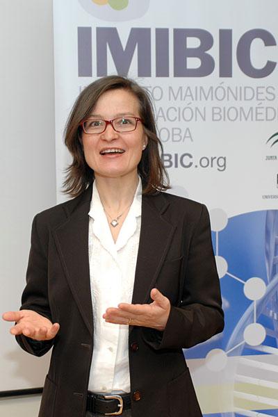La especialista en Endocrionología durante su intervención en el IMIBIC