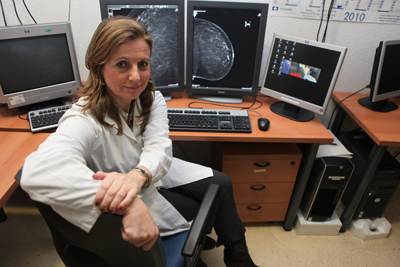 La doctora Álvarez en la Unidad de Mama del hospital.