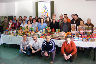 Pacientes y profesionales del hospital e integrantes del hogar del transeúnte con los alimentos recaudados