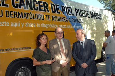 En la imagen, la delegada de Salud, el doctor Moreno y el gerente del hospital, junto al bus de la prevención del melanoma.