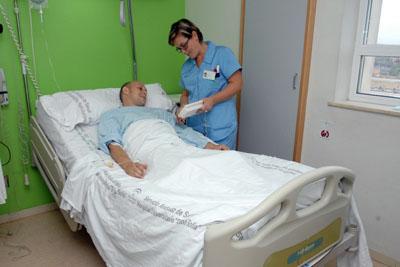 Una enfermera atiende a un paciente