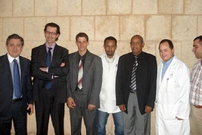 José Luis Medina e Ignacio Muñoz, a la izquierda, junto a profesionales y responsables cubanos.