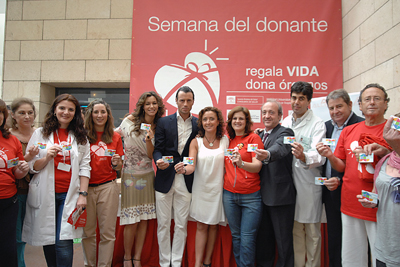 Juan Serrano 'Finito de Córdoba' y Arancha del Sol muestran el carné de donante que acaban de recibir.