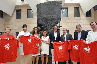Los invitados junto al monumento al donante.