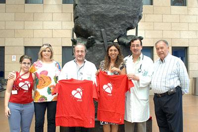 Esperanza Fernández, en el centro, con el gerente, el coordinador de trasplantes y miembros de la asociación de trasplantados hepáticos.
