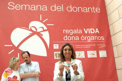 La artista muestra el carné que le acredita como donante.