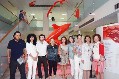 La delegada de Salud junto a algunos de los autores de la muestra escultórica.