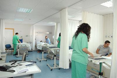 Profesionales atienden a pacientes en Hospital de Día.