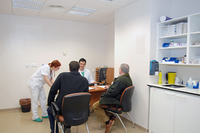 El médico atiende a un paciente en el área de consultas de urgencias