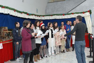 Actuación del coro junto al belén del hospital