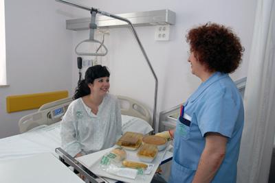Paciente que recibe su menú en el hospital