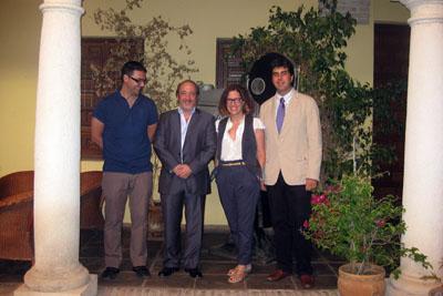 Los directores de la filmoteca y el hospital, Pablo García Casado y José Manuel Aranda, junto a Marta Jiménez y José María Dueñas el día de la clausura del ciclo.