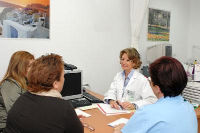 La ginecóloga y enfermera atienden a dos pacientes en la consulta de alto riesgo