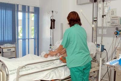 Profesional sanitario ofrece cuidados paliativos a un paciente.