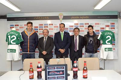 De izquierda a derecha: el jugador Rennella; el director gerente del hospital, José Manuel Aranda; el director de marketing del Córdoba CF, Francisco José Jiménez; el coordinador de trasplantes José Luis Medina y el futbolista Cerra.