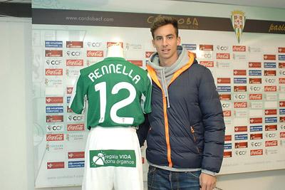 El futbolista del Córdoba Rennella muestra su camiseta