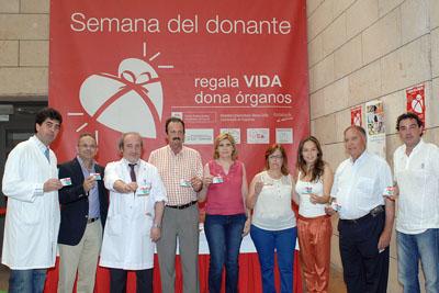 invitados del jueves muestran el carné de donante