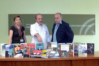 Carmen Chiscano, José Manuel Aranda y Ricardo González con la donación de libros realizada por la editorial.