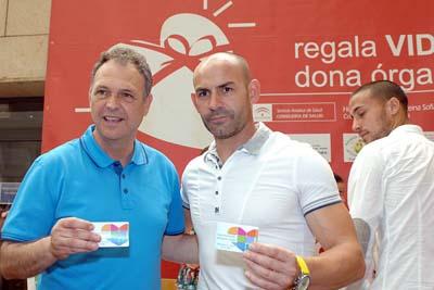 Caparrós y Jémez con su tarjeta de donante.