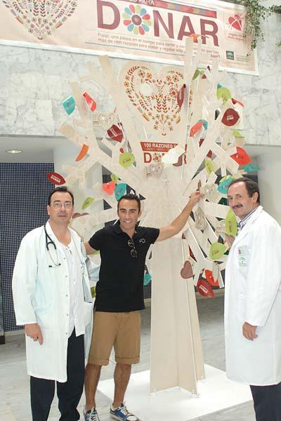 El presentador Felipe Delgadillo con los coordinadores de trasplantes Juan Carlos Robles y Bibián Ortega.