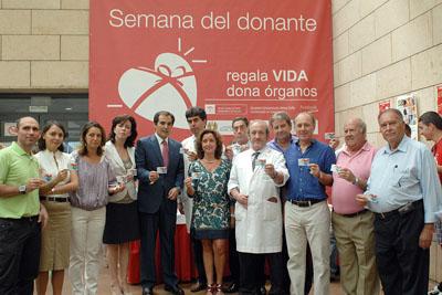 Responsables políticos y sanitarios, trsaplantados y José Manuel Soto muestran su tarjeta de donante
