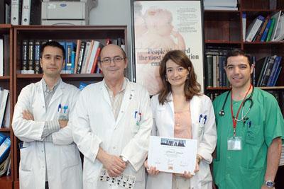 La doctora Garnacho, autora principal del trabajo, junto a otros facultativos que han participado