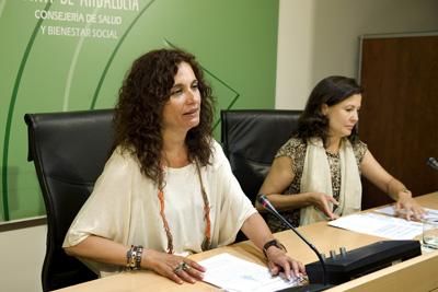 En la foto, en primer plano, la consejera María Jesús Montero durante la presentación del ensayo clínico esta mañana.