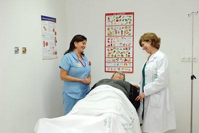 Profesionales del Hospital de Día de Diabetes atendiendo a una paciente