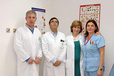 El responsable de Endocrinología, en el centro, junto a otros profesionales que atienden la diabetes