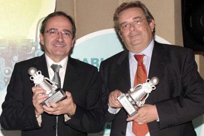 En la imagen, de izquierda a derecha, los doctores José Eduardo Arjona y Manuel Santamaría sosteniendo cada uno su premio