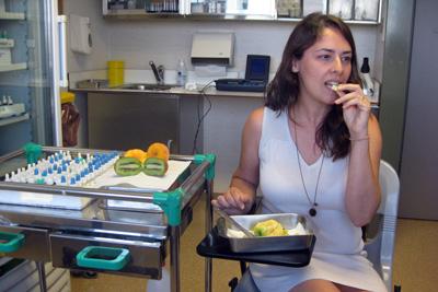 Paciente alérgica a alimentos se somete a una exploración controlada de rosáceas en el Hospital Reina Sofía.