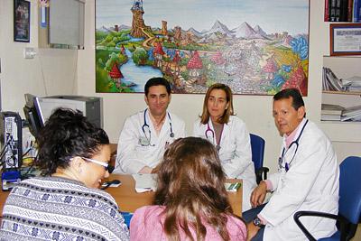 Pediatras alergólogos atienden a una paciente en consulta