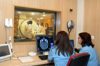 Responsables sanitarios visitan la nueva sala de resonancia magnética