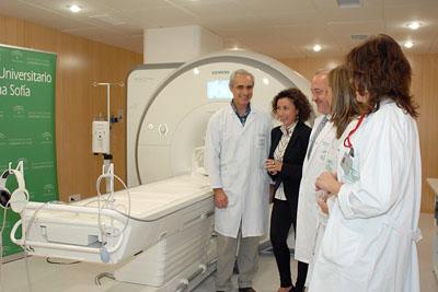 La delegada territorial de salud conoce la nueva sala de resonancia magnética