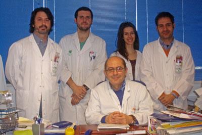 El jefe de servicio de Dermatología del Reina Sofía, José Carlos Moreno, en el centro, con otros especialistas del centro
