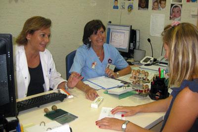 Una paciente solicita asesoramiento en la consulta sobre viajes internacionales.JPG