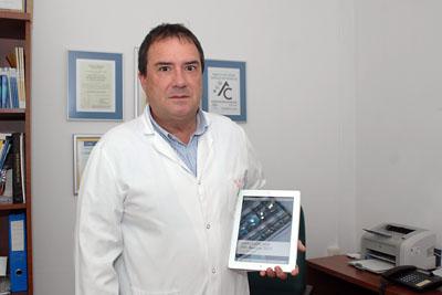 El Doctor Rivero con el manual en soporte electrónico sobre la atención de casos de VIH/Sida que ha coordinado.