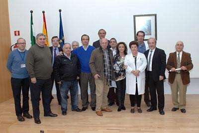 Mª Isabel Baena, delegada de Igualdad, Salud y Políticas Sociales junto al equipo de dirección del hospital y profesionales celadores jubilados
