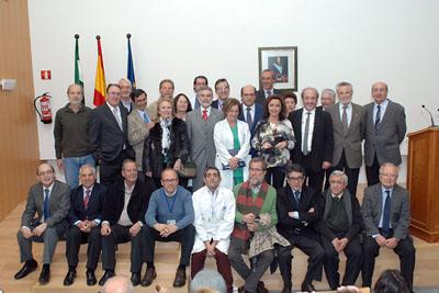 Mª Isabel Baena, delegada de Igualdad, Salud y Políticas Sociales junto al equipo de dirección del hospital y profesionales médicos jubilados