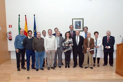Mª Isabel Baena, delegada de Igualdad, Salud y Políticas Sociales junto al equipo de dirección del hospital y profesionales de mantenimiento jubilados