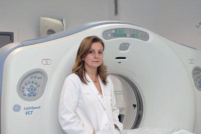 Marina Álvarez junto a un TAC del Hospital Reina Sofía