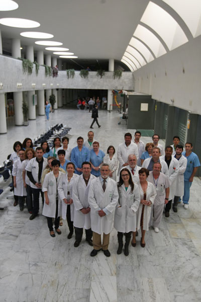 Foto de familia de los profesionales de Inmunología en el vestíbulo principal del Hospital General