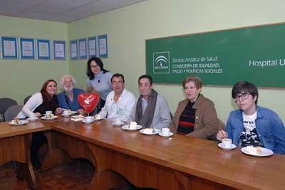 El doctor Robles con pacientes trasplantados y familiares
