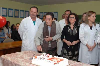 Francisco Pino, trasplantado de pulmón, parte un trozo de tarta
