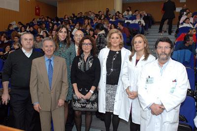 La delegada de Igualdad, en el centro, junto a otros responsables sanitarios en el Hospital Reina Sofía