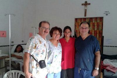 En la imagen, Gómez Barbadillo (primero por la derecha), junto a las dos sanitarias del hospital cordobés